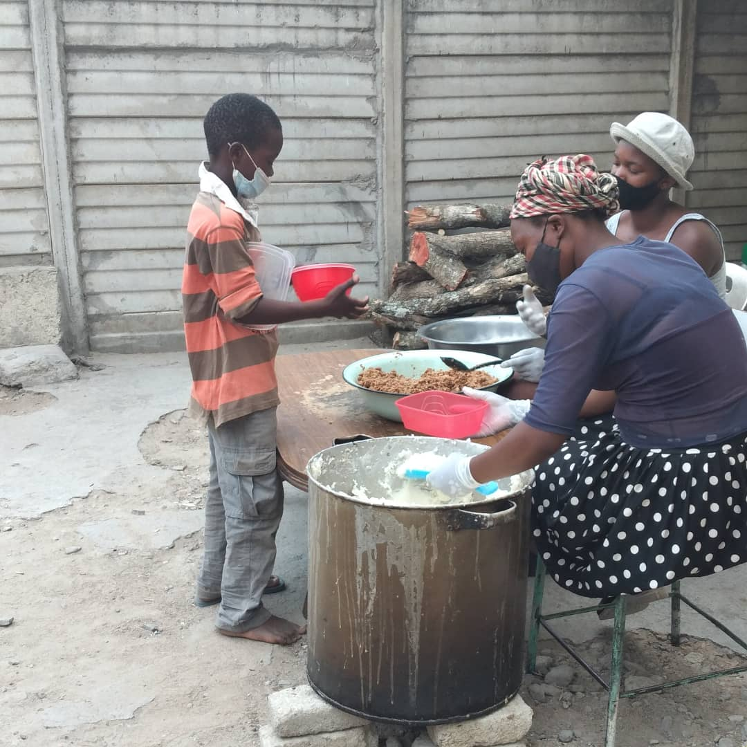 Day 165  Porridge 1109 Supper 1754  Served Sadza and Soya chunks  170kgs mealie meal  50kgs soya chunks 8l cooking oil 4kgs salt 30pkts royco 1 crate tomatoes  40 onions  18kgs sugar 16 bottles peanut butter   Selling broiler chickens @ US5/bird. Dressed or live. https://t.co/BrS7ehVpSe