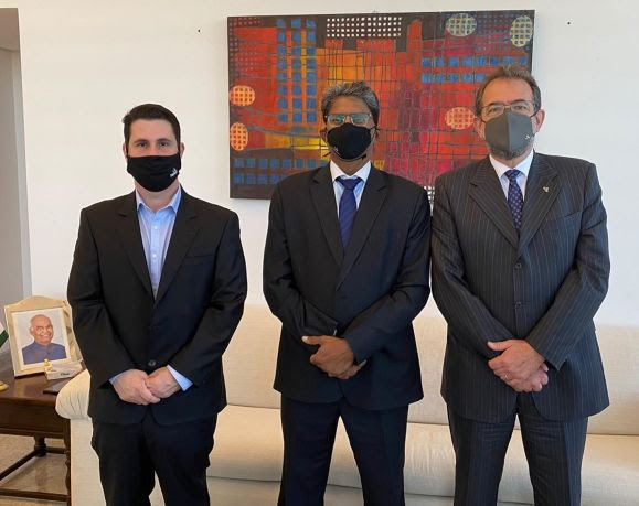 CEO da Taurus se reúne com novo embaixador da Índia no Brasil  #TaurusArmas #taurus #TaurusUSA #MakeInIndia #JointVenture https://t.co/ciMpwUbUXa https://t.co/B8OxrhTKD0