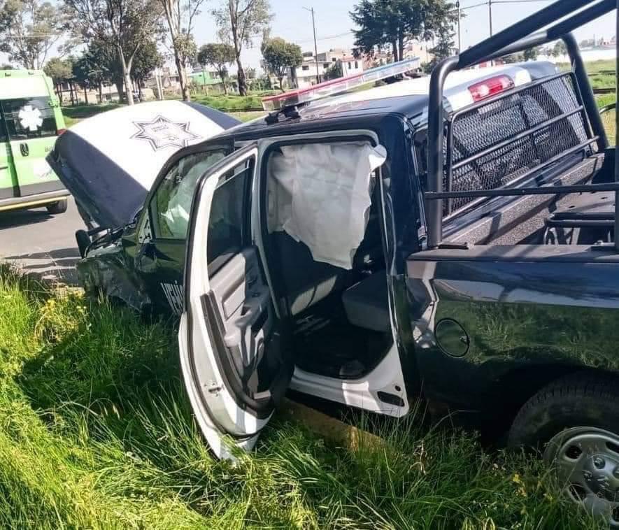 #AMXalMomento || Dos patrullas de la Universidad Mexiquense de Seguridad chocaron sobre la carretera Toluca-Palmillas, a la altura de San Pablo Autopan, en #Toluca. Al parecer hay una persona lesionada. ⚠️Extreme precauciones.⚠️  Vía: @reporterofrank   #AgenciaMxNoticias https://t.co/wV9ltMH5Fx