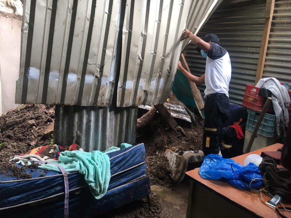 test Twitter Media - Los Bomberos Voluntarios informan que en la 6 calle y 1a. Avenida de la zona 1 de Boca del Monte, fueron evacuados 3 adultos y 2 niños, debido a que cayó tierra de una ladera, en uno de los dormitorios donde residen.Foto: @BVoluntariosGT https://t.co/0KWjgMy75Y