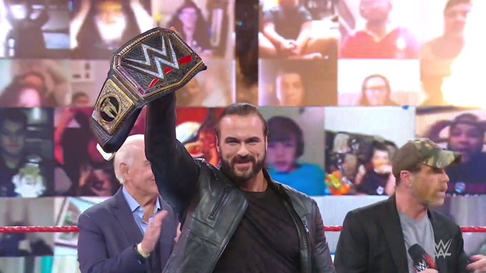 El campeón celebrando en Monday Night Raw.