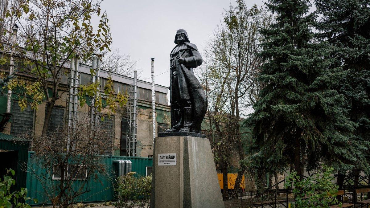 Saben por qué en Ucrania  le hicieron un monumento  a Darth  Vader?  #StarWars #DarthVader  #Ucrania #TriviaDeHoy https://t.co/Vp0X0sFl5y