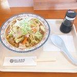 Image for the Tweet beginning: おしま食堂 海鮮汁焼きそば。常時おすすめメニュー。野菜がたっぷりなのが昼食にありがたい。明日はワンコインデーで海鮮あんかけ焼きそばが500円みたい。 #おいしい函館応援団