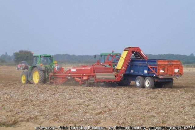 Potato harvesting - Donington South Ing #Lincolnshire #GreatBritain https://t.co/Npet2WCxR5 #Geography #photography #farmingUK #Fens @explincolnshire @LincsSkies @HerewardCountry @SHollandDC  Photo taken 6 years ago in @OrdnanceSurvey map square TF2034 #getoutside https://t.co/oFvlXZ0ubL