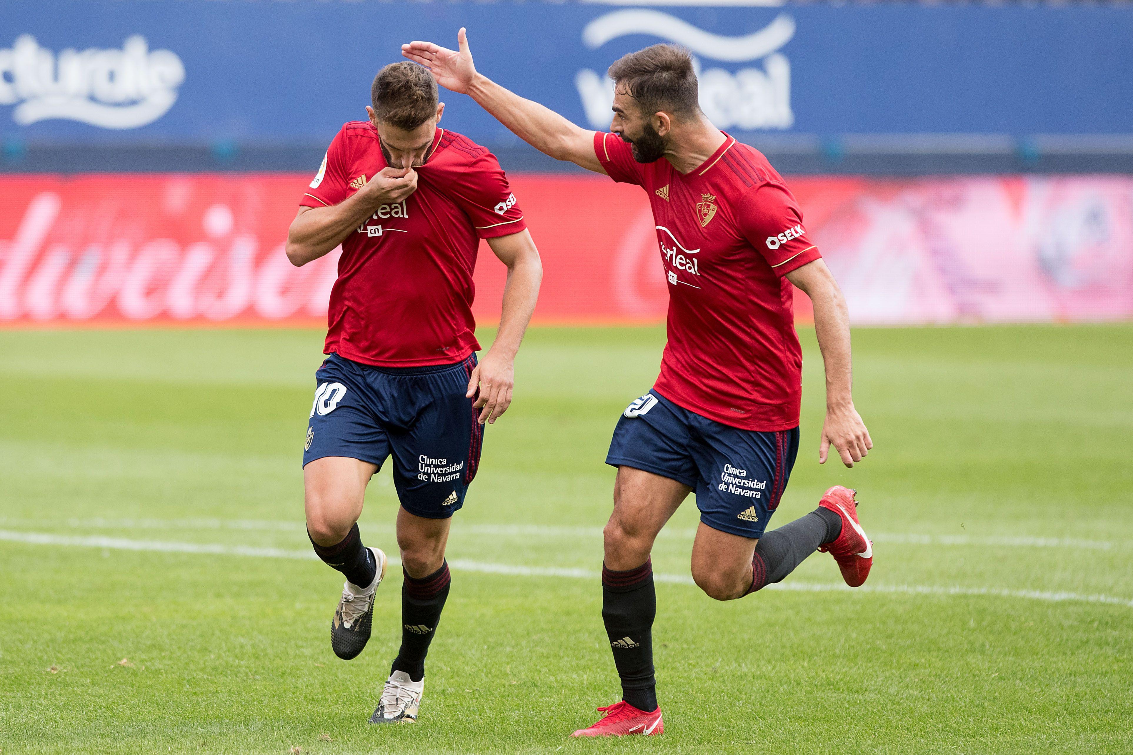 Roberto Torres celebra un gol con Osasuna.