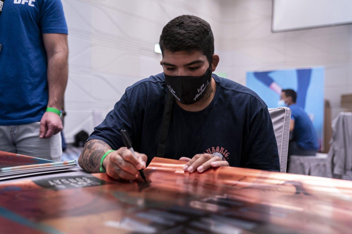 Os brasileiros do #UFCFightIsland4! 🇧🇷  @CarlosBoiMMA e @VendraminiLuigi já assinaram os pôsteres do evento da semana ✍️ Não perca o evento no @canalCombate neste sábado (3) ➡️ https://t.co/ft1a87cDcK https://t.co/4VeMhpIBg3