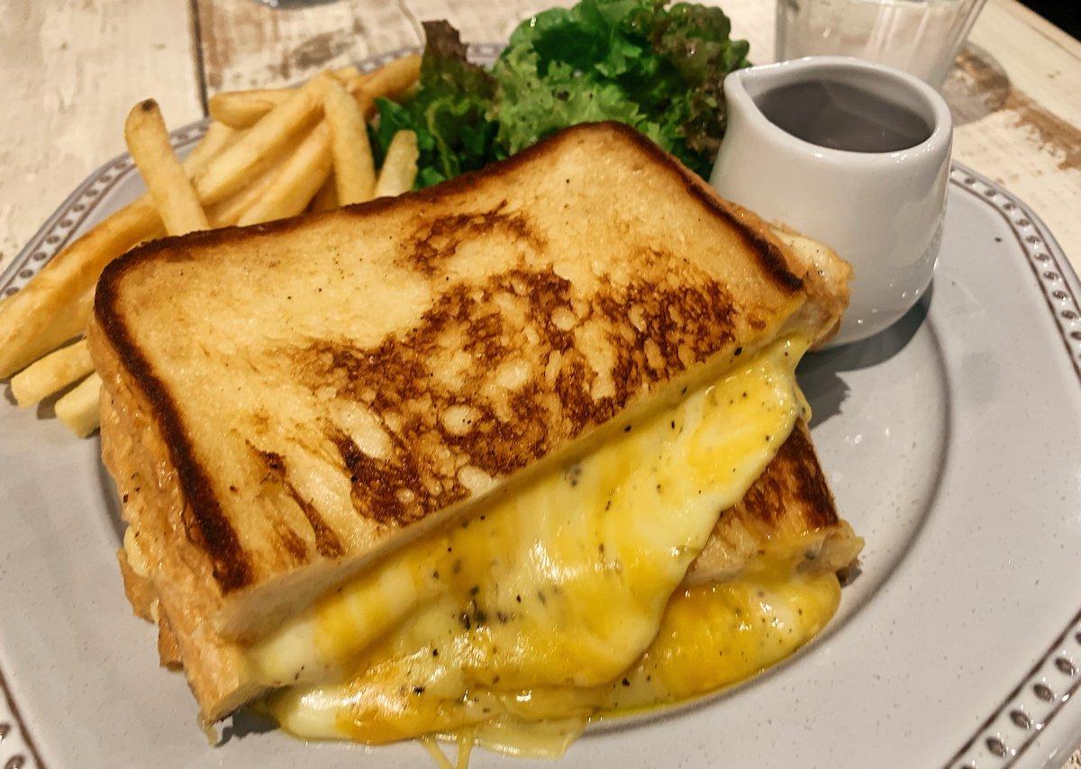 【FEBRUARY KITCHEN】@浅草駅から徒歩6分チーズ溢れる「グリルチーズサンド」を食べられるお店こんがりサクサクなトーストに濃厚とろとろチーズを盛り込んだ背徳的な逸品!甘いメープルシロップをかけるとチーズの塩気とマッチします!アボカドやエッグ、ベーコンをトッピングすることも可能!