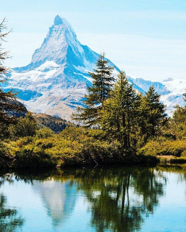 Known internationally by its German name the Matterhorn, it owes its fame to its almost perfect pyramid shape. Follow us🔺 @tripbigs #matterhorn #zermatt #switzerland #mountains #alps #swissalps #cervino #swiss #zermattmatterhorn #valledaosta #valais #wallis #cervinia #zermatt