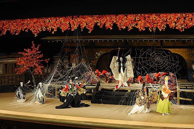 歌舞伎では、鬼よりも蜘蛛と闘う方の演目が多く上演されるのと、源頼光と四天王の顔ぶれが、義勇さん、炭...