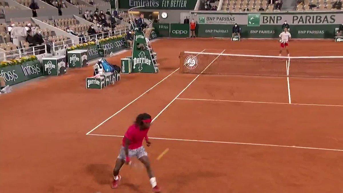 🚨 TWEENER ALERT 🚨  @MikaelYmer passes Novak Djokovic in style 😱 #RolandGarros https://t.co/X0HCNI2rf3