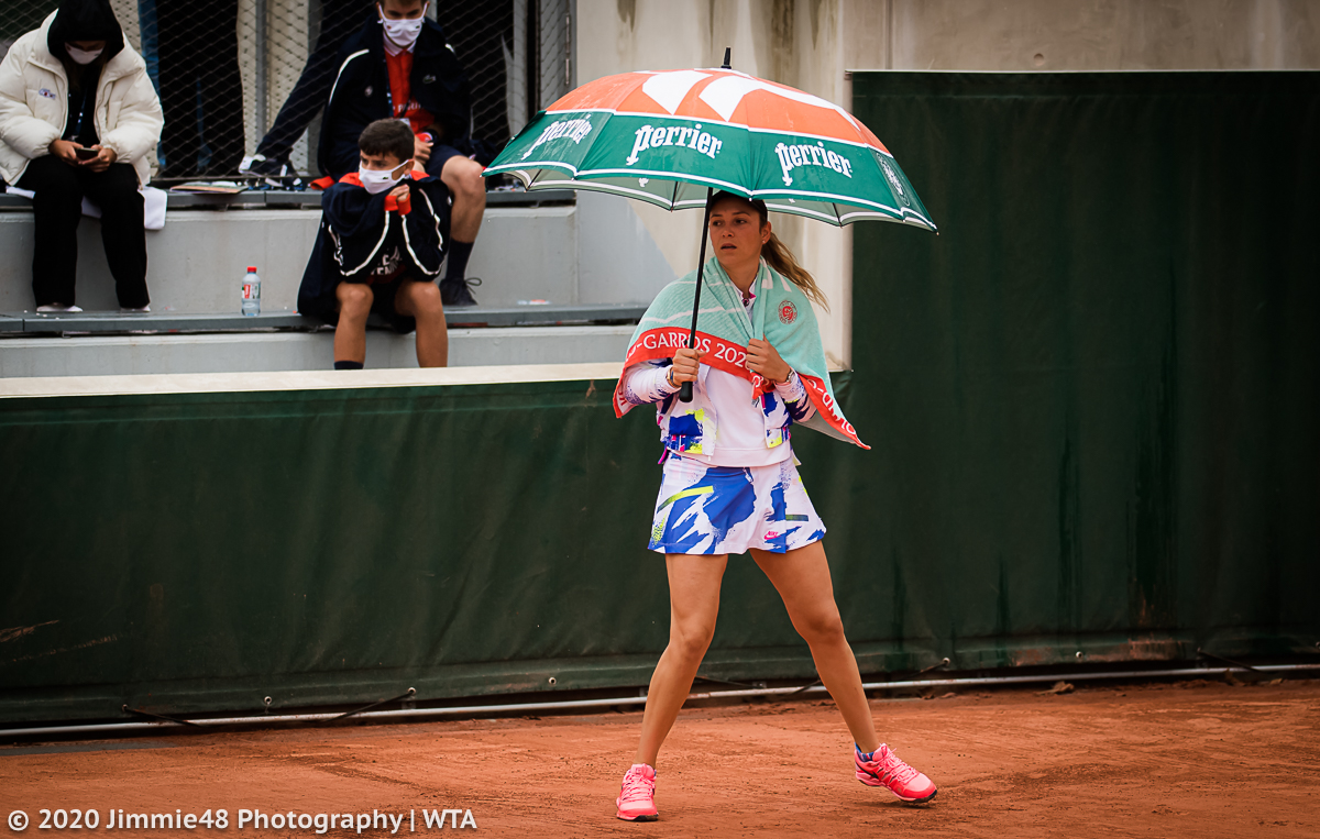 Donna doing sidesteps with the umbrella in hand is the most Roland Garros 2020 thing ever.. https://t.co/cO2N1lgfIW