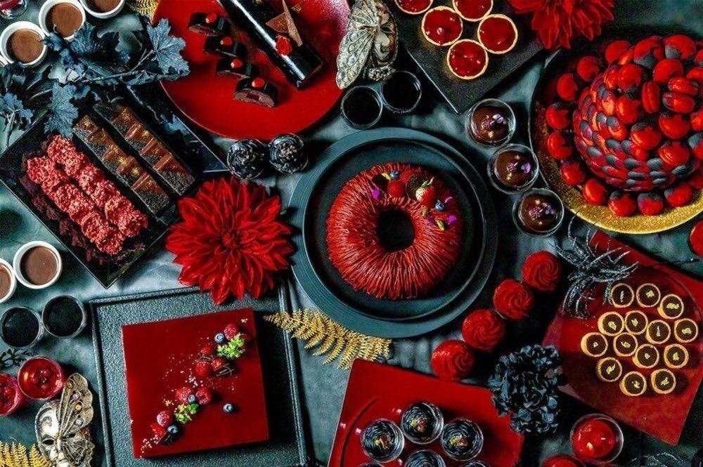 """10月31日までの期間限定で、アートホテル大阪ベイタワーでは、""""赤と黒""""の大人ハロウィンスイーツビュッフェ「ゴシック スイーツ コレクション」が開催中です✨ https://t.co/xyqA8cDU8j"""