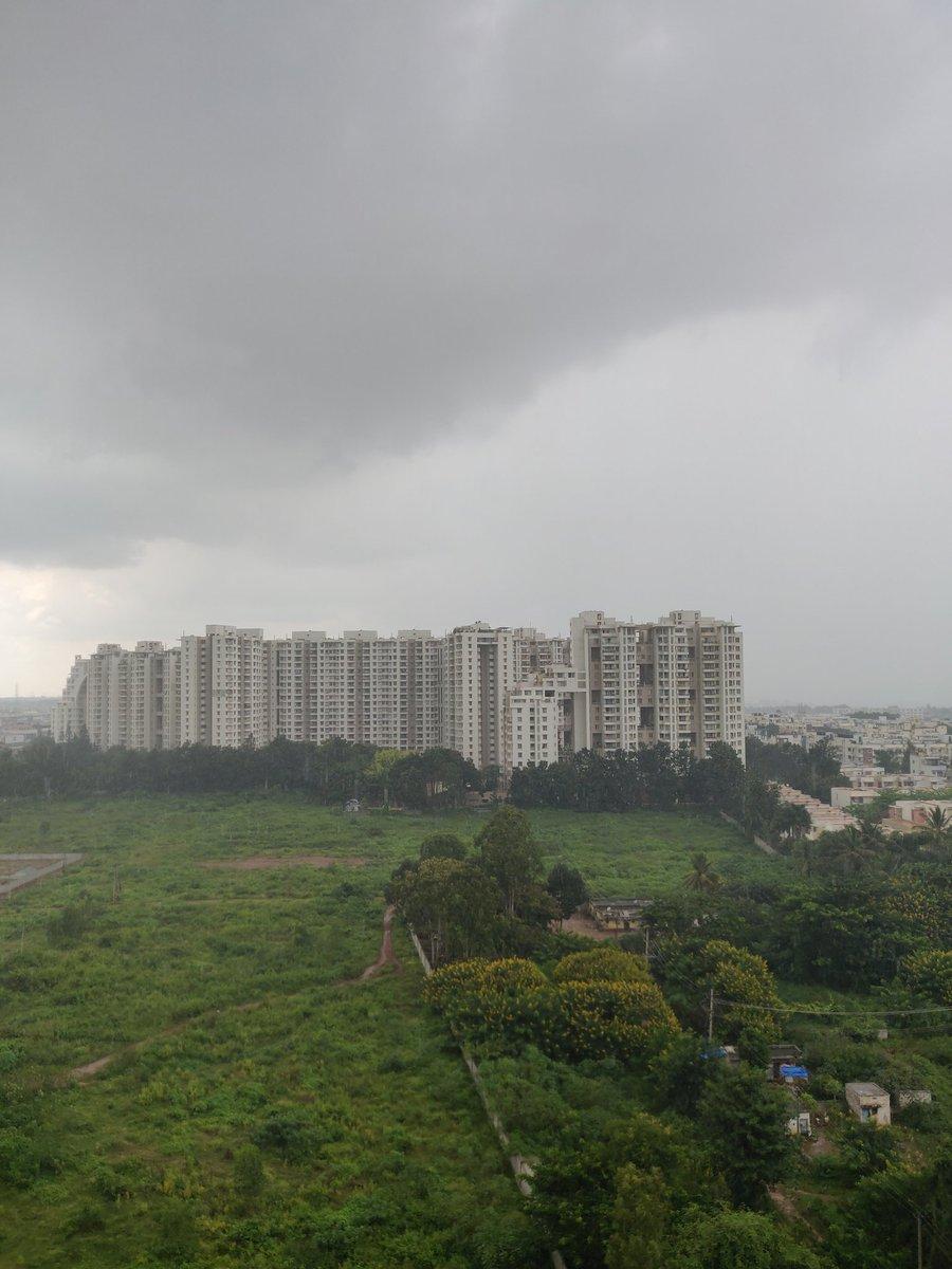 Met prediction for this week, maximum 28 degree celsius, minimum 19 degree celsius. Rain and Winter is approaching. #Bengaluru