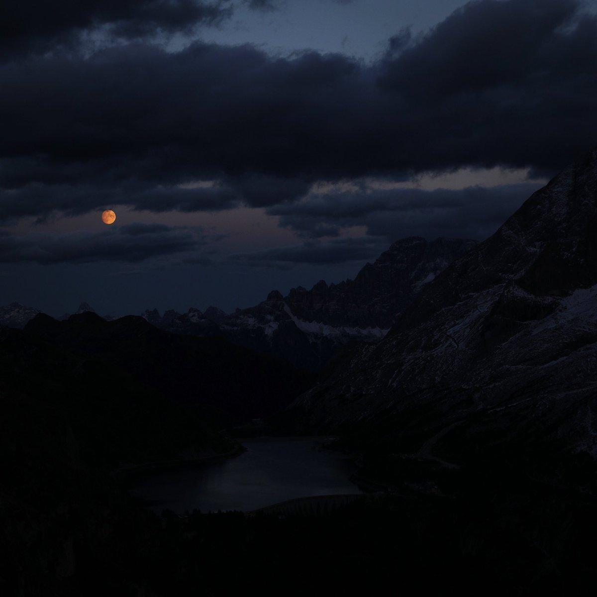 La luna e il Lago Fedaia, stasera https://t.co/q7L...
