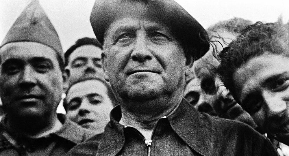 """Largo Caballero: """"La clase obrera debe adueñarse del poder político, convencida de que la democracia es incompatible con el socialismo, y como el que tiene el poder no ha de entregarlo voluntariamente, por eso hay que ir a la revolución"""". (Enero 1936) https://t.co/uedwsq4G4Z"""