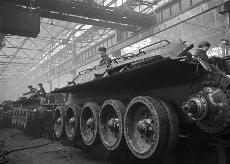 Конвейерная сборка танков Т-34 на Уральском танковом заводе №183 (сейчас Уралвагонзавод) в Нижнем Тагиле.  СССР 20.10.1942 #WW2 #WWII https://t.co/ruGbamamv1
