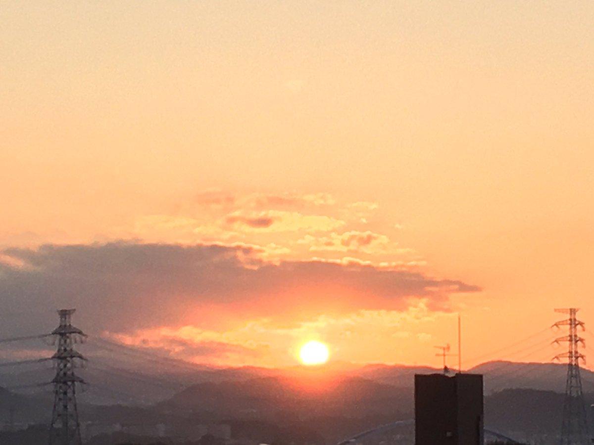 おはようございます! 深呼吸と願い事を!  https://t.co/qUFmEWAe8I  #morning  #morningglow  #sun  #sunrise  #sky #朝 #朝日 #朝陽 #朝焼  #朝焼け #日の出 #日之出 #太陽 #空 #雲 #cloud #rain  #雨 #青 #赤 #blue #red #horizon #山 #gradation #グラデーション #光 #light #love #dream https://t.co/aRUVnre6xA