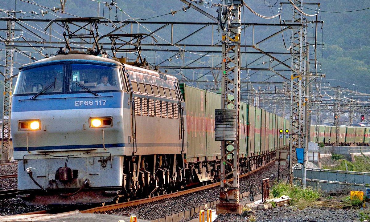 おはようございます☀ #吹田a32運用 #55レ #EF66117 #EF66 #吹田機関区 #福山レールエクスプレス #貨物列車 #電気機関車 2020.9.30 am6:08 https://t.co/rsxVdSV15g