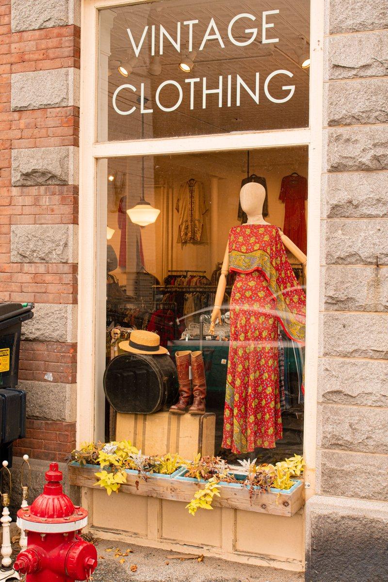 vintage https://t.co/sAlZITIKPv #VT #Vermont #NewEngland #VintageClothing #Clothing #Shopping #WindowDisplay #Display #dress #InTheWindow #StreetPhoto #StreetPhotography #InTheStreet https://t.co/UioK5P9wm8