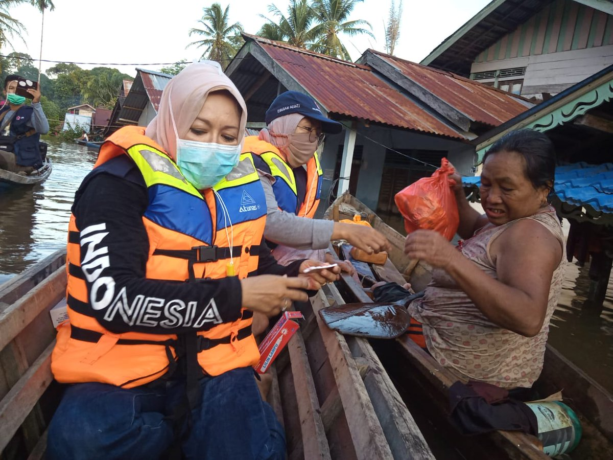 Floods have inundated large parts of Central and West Kalimantan, #Indonesia, damaging homes and isolating thousands of families.  Local Indonesian #RedCross volunteers know what it takes to reach these families with much needed relief.   ❤️ your work @palangmerah #volunteers https://t.co/zs9FYvdOTY