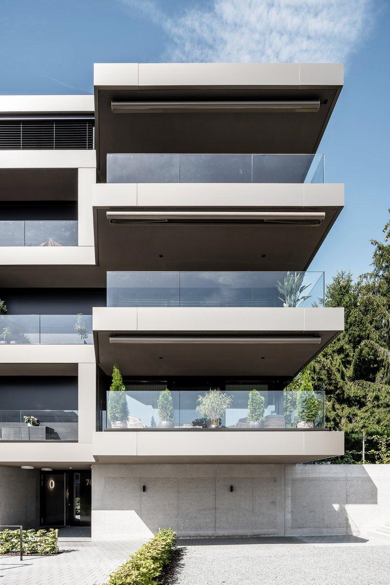 EMWEprojekt   Die grossen Balkone der #WÜB #ESCAPE in #Kilchberg integrieren sich elegant in die mäandrierenden #Fassadenbänder. Die Wohngeschosse thronen über einem Sockelgeschoss mit Garage und geniessen Sicht auf den #Zürichsee.  Zum Projekt https://t.co/rAXpYpLssS  #emwe https://t.co/OPCeK4CoMK