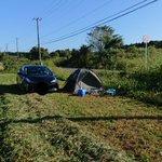 ホンマにアホちゃう?牧草収穫していたら、誰かが畑で勝手にキャンプしてた。