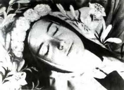 30 de setembro de 1897 dia em que Santa Teresinha cumpriu sua Missão aqui na terra e foi morar no Céu. Prometendo em seu leito de morte, que não ficaria ociosa no céu, faria cair uma chuva de rosas em graças sobre a terra. Santa Teresinha do Menino Jesus, rogai por nós! https://t.co/tQxkFFBpAG
