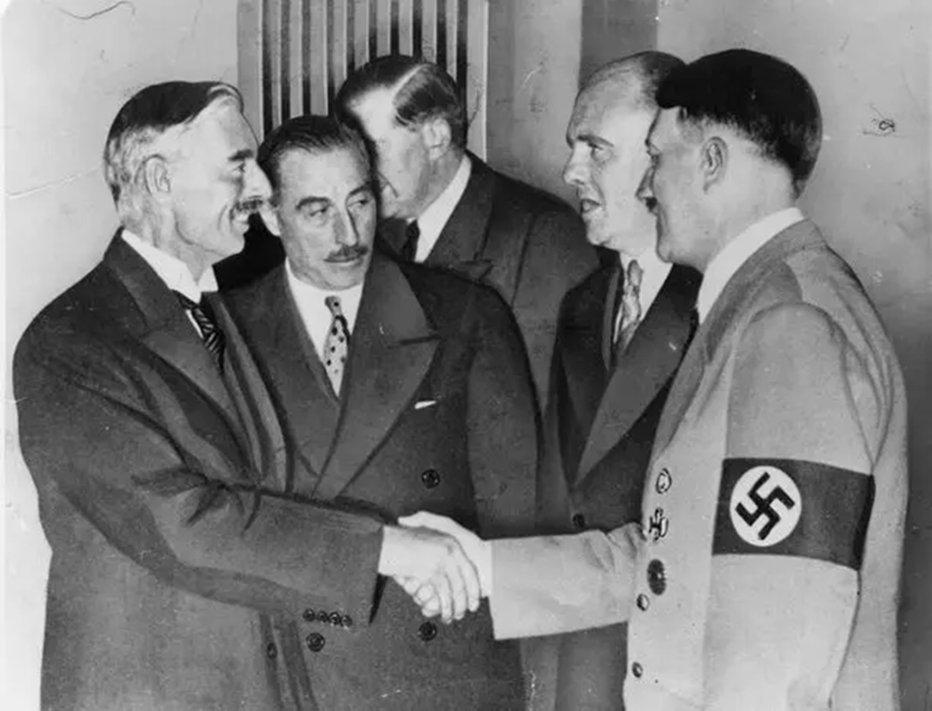 """Hoje no Mundo Militar บนทวิตเตอร์: """"Neste dia em 1938 a desastrosa e  terrível """"política de apaziguamento"""" de Neville Chamberlain atingiu o seu  ponto máximo c/o primeiro-ministro britânico retornando p/a Inglaterra e  acenando"""