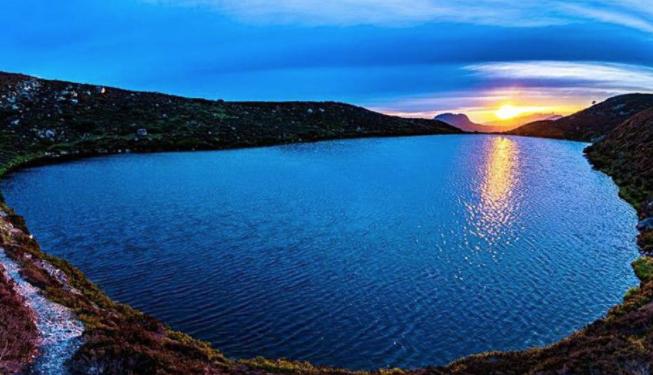 El rincón más bonito de #Asturias está en el Parque Natural de Redes. Una fotografía del lago Ubales, obra de Manuel Suárez Calvo, ha sido la ganadora del certamen puesto en marcha este verano por @lanuevaespana y @BancoSabadell  https://t.co/1sfH4vRv0l #EstarDondeEstés https://t.co/u07TiDAqi6 https://t.co/QrJkmhQQUh