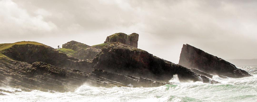 A stormy day at the Split Rock at Clachtoll. Wow! 😲   #discoverassynt #assynt #nc500 #scottishhighlands #explorescotland https://t.co/PomHjw8beS