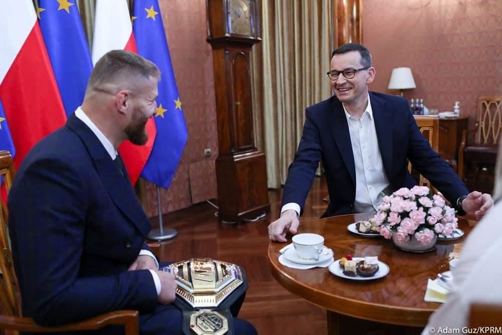 Dziękuję za zaproszenie ze strony Pana Premiera @MorawieckiM.  Zarówno dla mnie, jak i środowiska MMA to dowód na to, że nasza dyscyplina jest nie tylko popularna, ale również zauważalna przez najważniejsze osoby w Polsce. To zaszczyt być ambasadorem tego niesamowitego sportu. https://t.co/gxmqDXLoUn