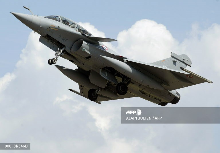 #France - Sonic boom from fighter jet rattles Paris https://t.co/chUfLnbkAL https://t.co/UvWb387NFI