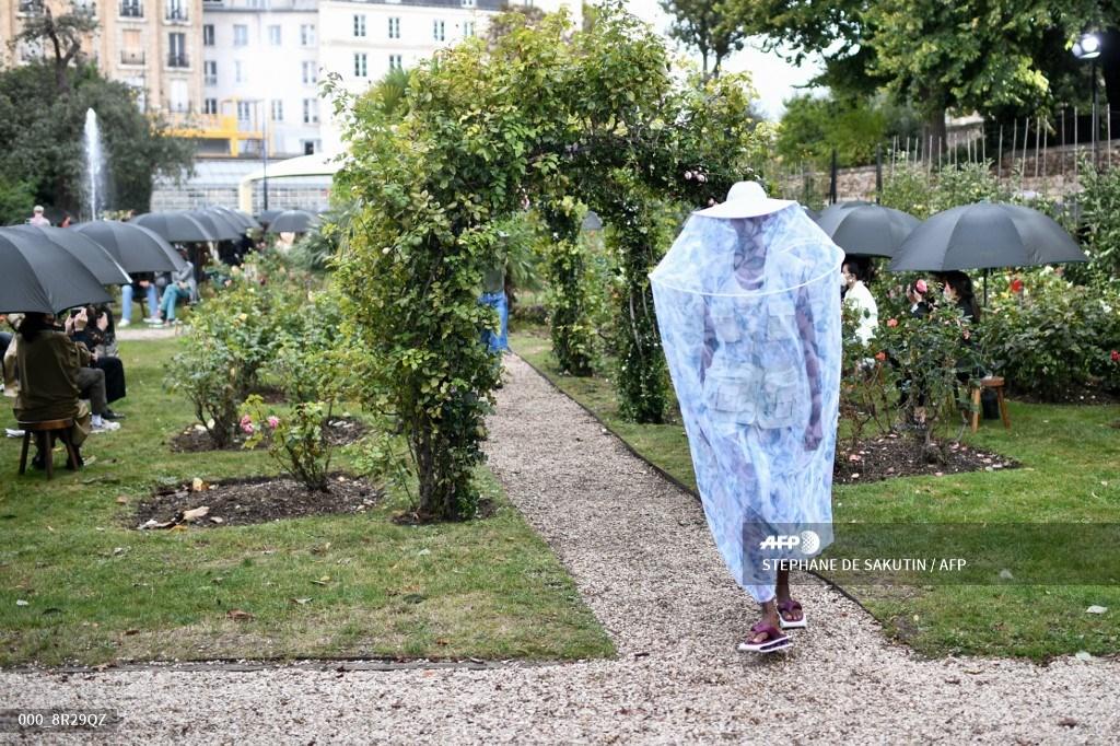 #Kenzo Spring Summer 2021 Womenswear at Paris Fashion Week.  #AFP  📸 Stephane de Sakutin https://t.co/ZnGRiWnH0a