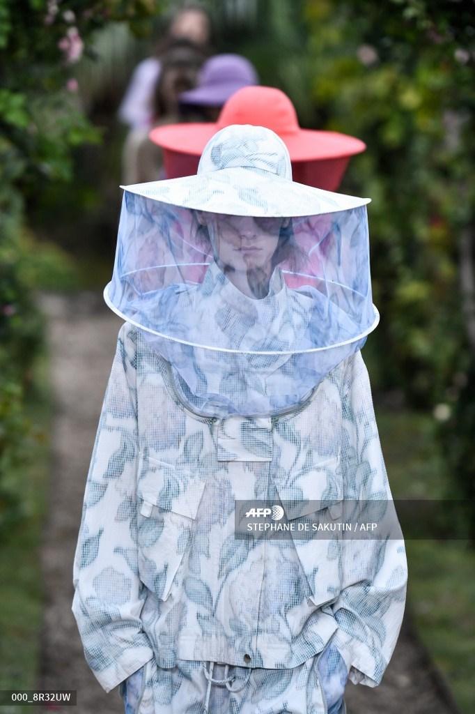#Kenzo Spring Summer 2021 Womenswear at Paris Fashion Week.  #AFP  📸 Stephane de Sakutin https://t.co/WPAHK13RfF