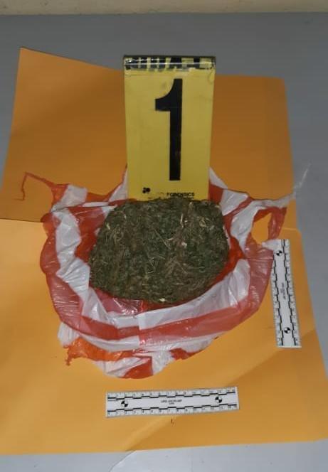 PETÉN | Darwin Efraín Games Genis, de 18 años y Elmer Joel Méndez García, de 19 años, presuntos distribuidores de droga. Son detenidos quienes transportaban una bolsa de marihuana. 📱Kevin González  📷 PNC https://t.co/uE8yk42VHz