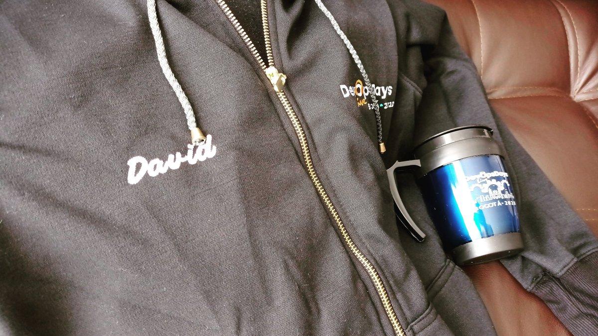 Pero mira miraaaa 😊😊😊 que belleza de chaqueta, se lucieron mis amigos de DevOpsDayBogota  #devops #programacion #python #desarrollo #developer #davenisc @DevopsdaysB https://t.co/3FcQtaEswV