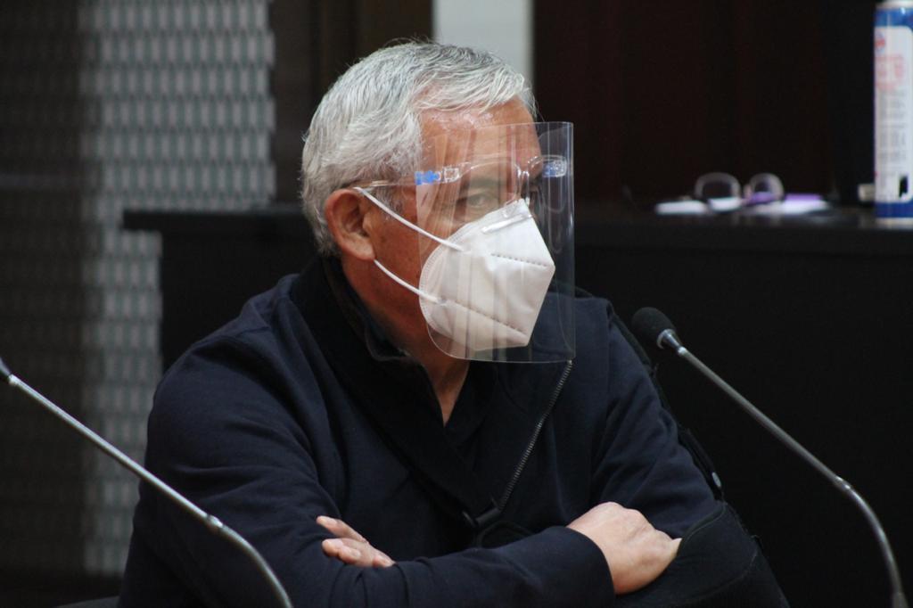 test Twitter Media - El juez Miguel Ángel Gálvez rechazó la solicitud del expresidente Otto Pérez Molina de arresto domiciliario por lo que continuará en presión preventiva en el Centro Médico Militar.📸: José Orozco/LH https://t.co/sDNve4Ata3