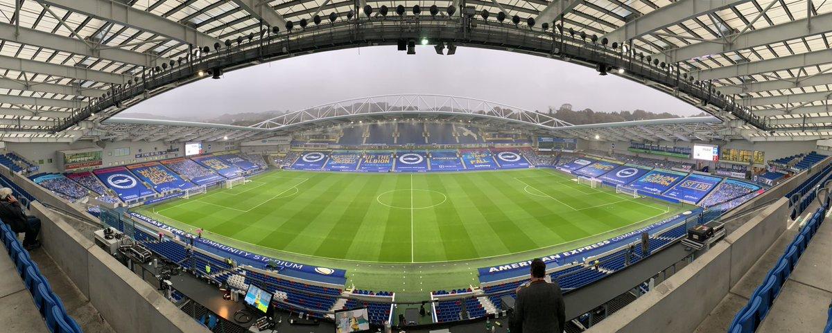 📍 Tarde de lluvia en el Amex Stadium.  #MUFC #CarabaoCup https://t.co/r5aL47ub7r
