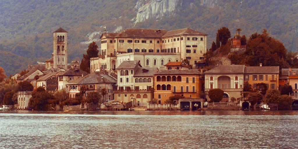 El Lago Mayor es uno de los más bellos en Italia🇮🇹 , ha deslumbrado a todos los grandes artistas locales y extranjeros que han estado ahí. Este lugar es considerado el más grande de los lagos pre-alpinos, y sus orillas tocan Lombardía, Piamonte y Suiza🇨🇭  . https://t.co/RkLp74CZO9