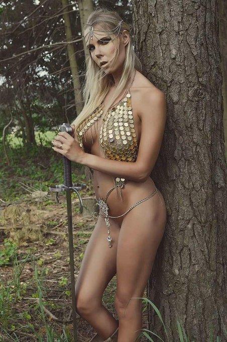 Wanna elves ? 🥳😋😋😋 #cosplay #elven #babe #blonde #actress https://t.co/clw3x4uYeQ