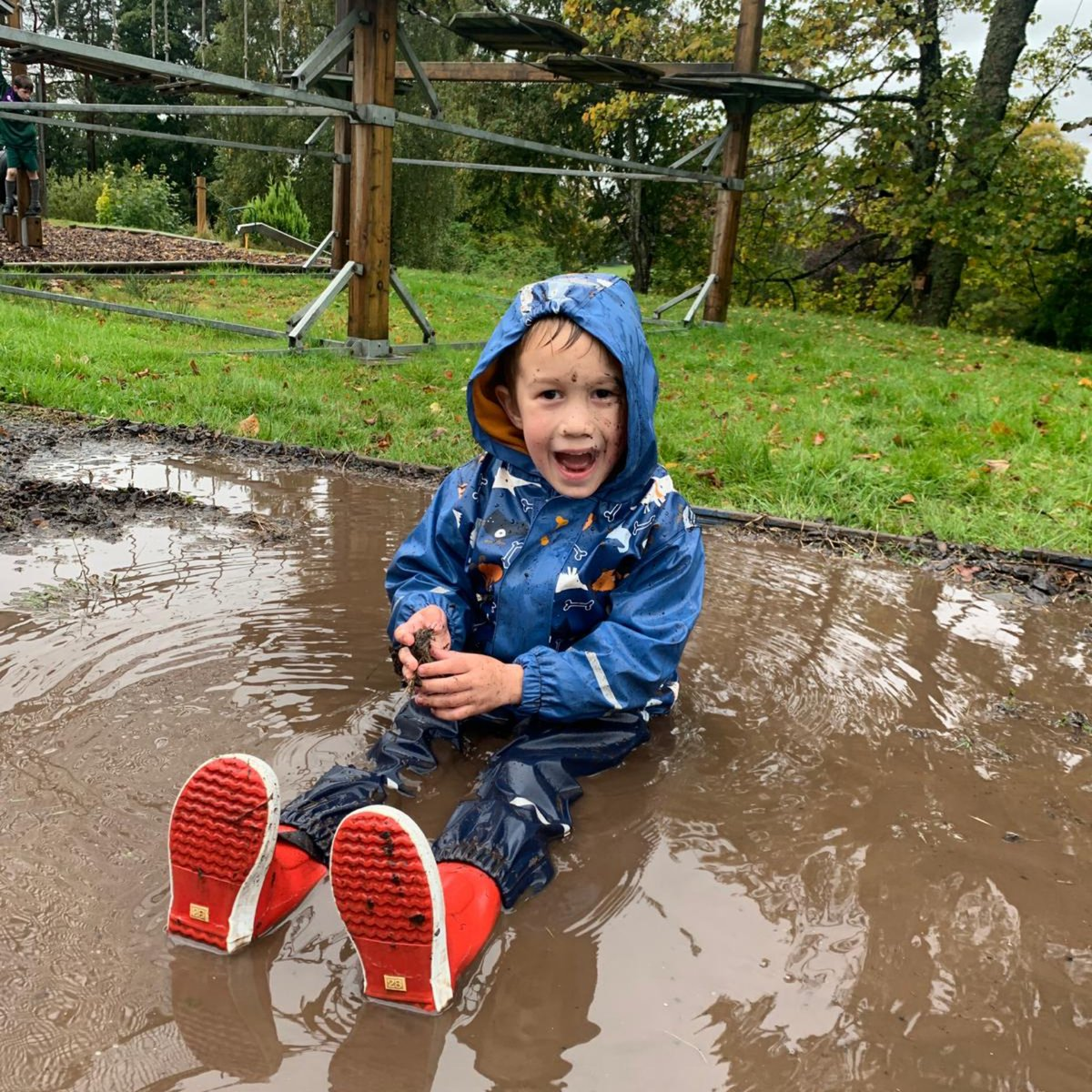 The rain has now stopped and our youngest pupils have already been outside to take advantage of the enormous puddles! #muddy #handsonlearning #lovenature https://t.co/je9b0imeIv