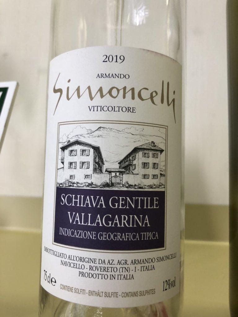 """Eh sì, la Schiava puó essere anche Gentile (detta anche """"Matta"""") #vitigno #vitigni #WoW #vallagarina #Trentino #trentatretrentini #naming #packagingdesign #etichette #vino #vinorosso https://t.co/1cWiUrbGAW"""