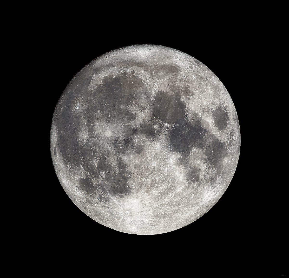 中秋の名月。 (さきほど望遠鏡を使って撮影) 今夜は一晩中この月の光が地上を照らします。 満月の瞬間は明日の早朝です。 今日もお疲れさまでした。