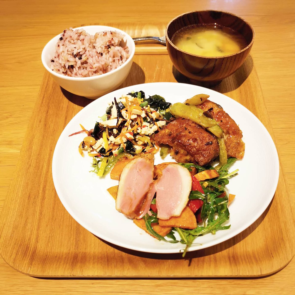 Healthy meal #smokedduck #salad #riso #arroz #lunch #almuerzo #rice #veggies #ketodiet #pescado #miso #soup #meal #healthy #fitness #lifestyle #coffee #tea #eatout #abendessen #Muji #無印良品 #料理写真 #おいしい #저녁식사 https://t.co/i6j6SCdzF1