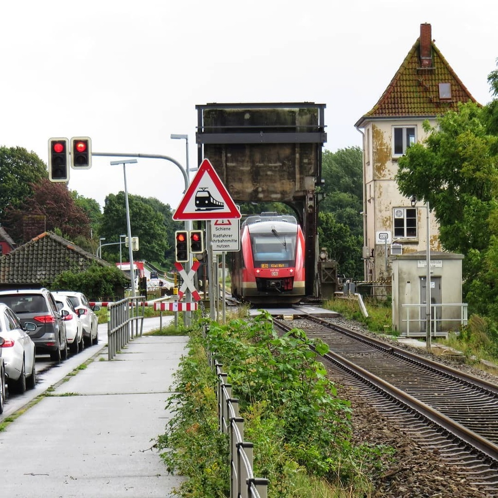 Schienenverkehr hat Vorrang #bahn #urlaub #latergram https://t.co/3U60AUHuNJ https://t.co/1GUa2zRjGk