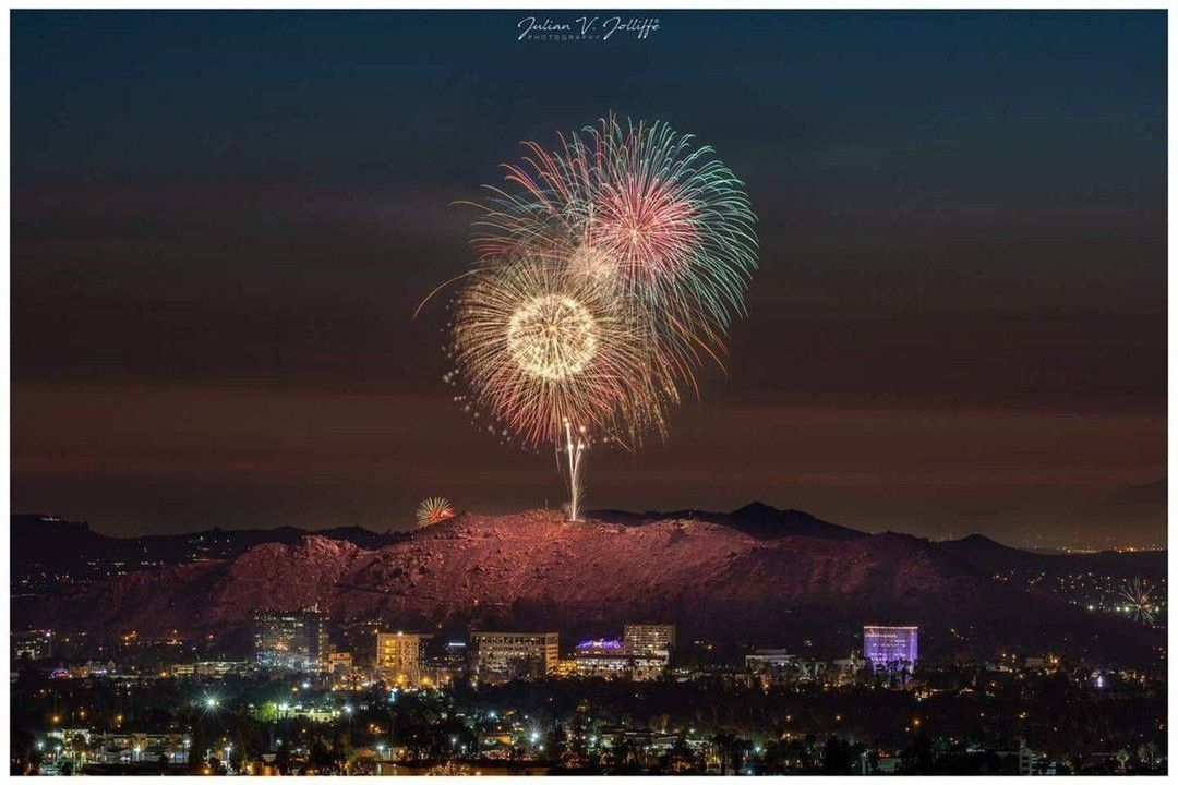 What a stunning shot from the 2018 4th of July Spectacular at Mt. Rubidoux, in Riverside, CA. #throwbackthursday #pyrospec #fireworks https://t.co/ceAX9N1GNM