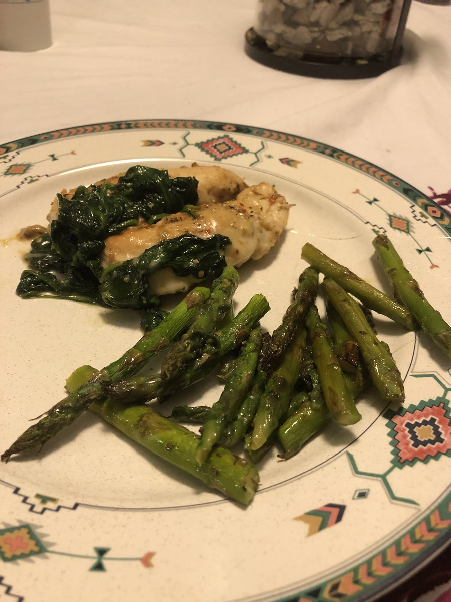 Amaranthias - What I cooked tonight 🙃 Garlic chicken with spinach, mozzarella sprinkling and asparagus.