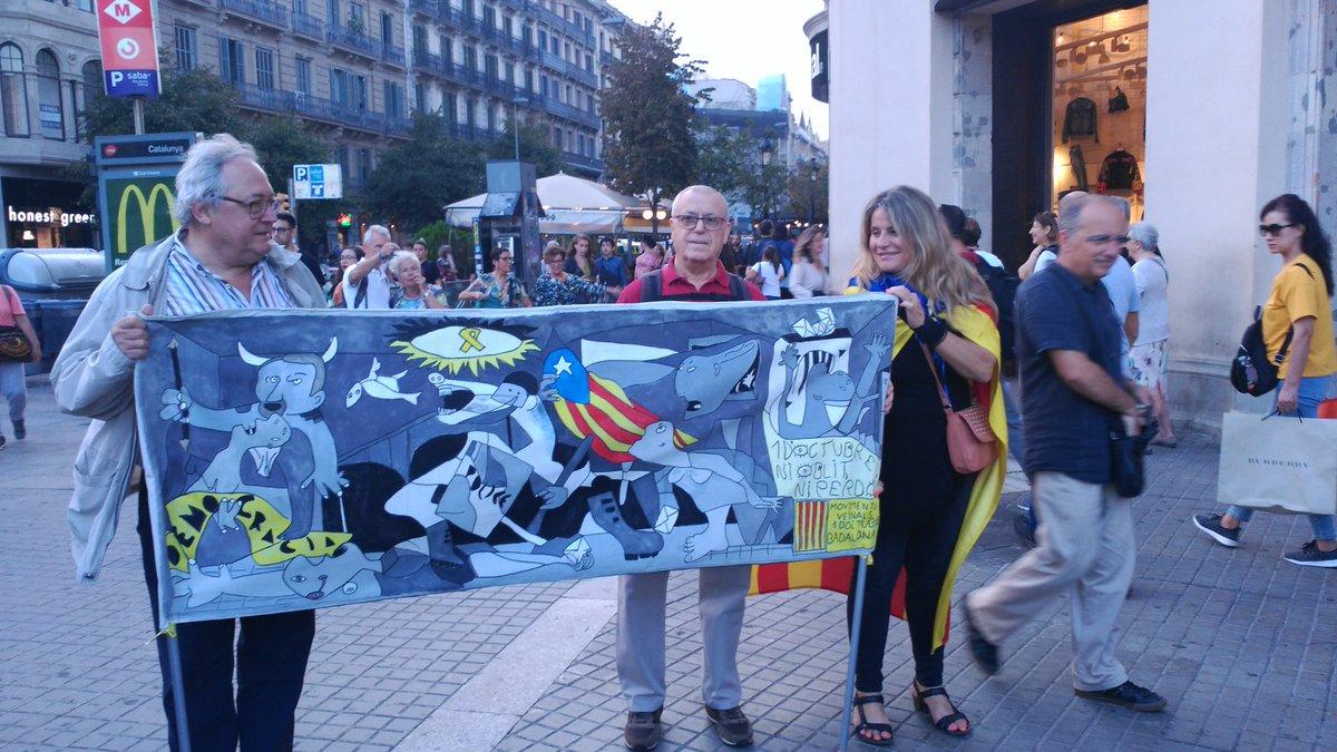 @jaumeorriols Grans ments pensem igual, aquí la nostra pancarta de #1Oct del 2018. #1octubre  #ViscaCatalunyaLliure #democracy #HumanRights  #Badalona  #Barcelona  #Catalunya  #NiOblitNiPerdo https://t.co/7DYmXRry5L