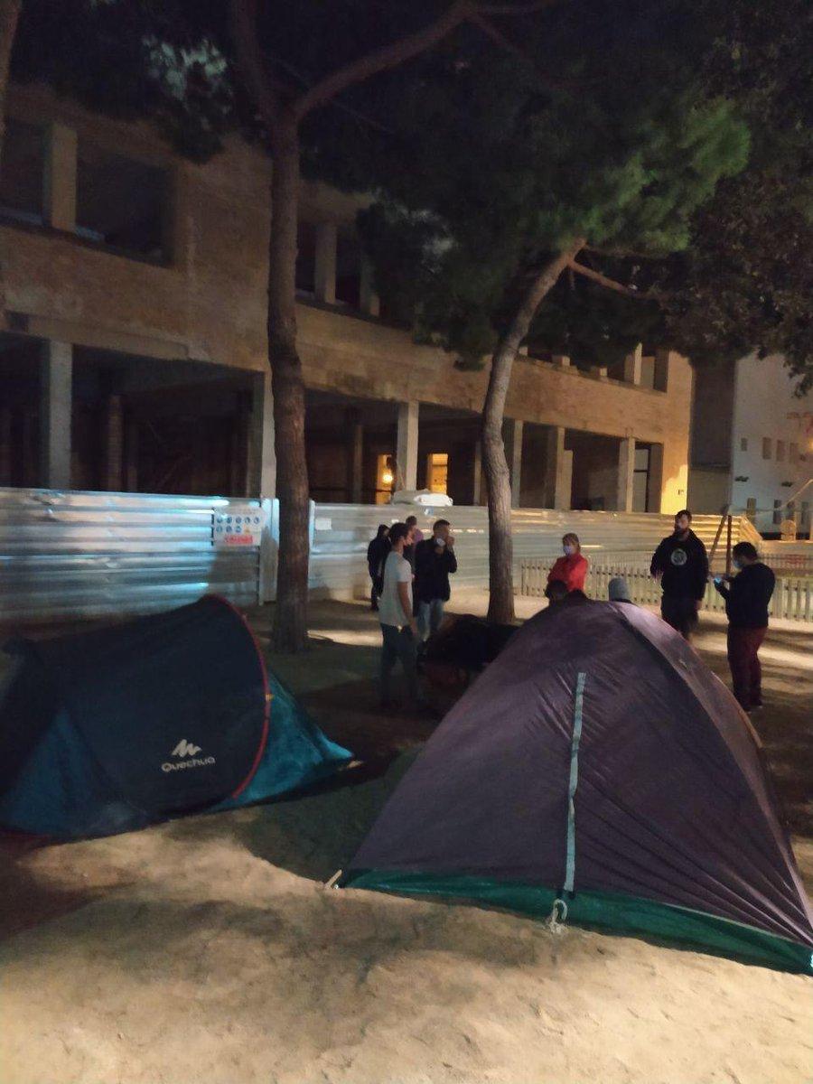 Les famílies amb menors afectades per l'enderrocament de l'edifici del Passatge de la Terra #Badalona decideixen acampar davant del Viver. L'ajuntament els ha comunicat que per a elles no hi ha possibilitat d'un sostre provisional https://t.co/k76qtEY4ig