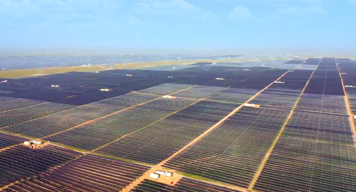 World's largest solar plant goes online in China: Huanghe Hydropower Development has connected a 2.2 GW solar plant to the grid in the desert in China's remote Qinghai province. The project is backed by 202.8 MW/MWh of storage. https://t.co/nopuhRlaGA #solarenergy #solarpv #solar https://t.co/BfVfEaoItE